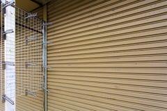 Огородите установленный шкаф вешалки одежд для магазина рубашки на рынке выходных стена, магазин, продажа, смертная казнь через п Стоковое фото RF