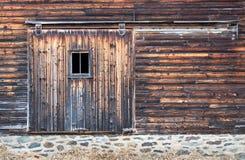 Огорченная дверь доски амбара с окном Стоковые Изображения