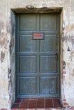 Огорченная стена и закрытый фон двери Стоковые Фотографии RF