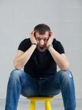 огорченный курьерский человек представляя детенышей Стоковые Фотографии RF