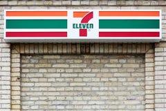 логотип 7 11 на фасаде Стоковые Изображения