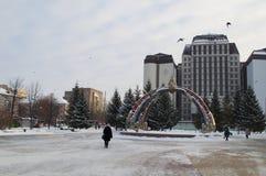 2-ого января 2019, Tyumen, Россия: Дизайн фонтана на здании суда арбитража западного сибирского района во время a стоковая фотография rf