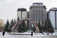 2-ого января 2019, Tyumen, Россия: Дизайн фонтана на здании суда арбитража западного сибирского района во время a стоковое изображение rf