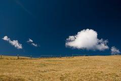 оградите деревянное поля открытое Стоковая Фотография