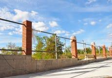 Ограждать конструкцию Штендер или столбец кирпича Bricklaing с iro стоковые изображения