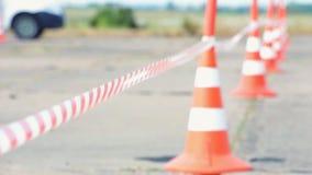 Ограждать конус ленты и дороги акции видеоматериалы