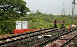 Ограничение в конце следа на станции стоковая фотография rf
