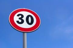 Ограничение в скорости дорожного знака стоковая фотография