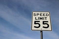 Ограничение в скорости 55 дорожного знака стоковые изображения