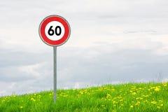 Ограничение в скорости знака уличного движения на поле Стоковые Фотографии RF