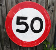 Ограничение в скорости 50 километров знака уличного движения Стоковое фото RF