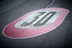 Ограничение в скорости на асфальте дороги стоковые фотографии rf