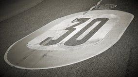 Ограничение в скорости на асфальте дороги стоковая фотография rf