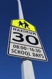 Ограничение в скорости подписывает внутри зону школы стоковые изображения rf