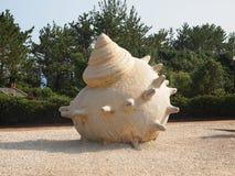 Огромная модель раковины расположена на пляже стоковая фотография rf