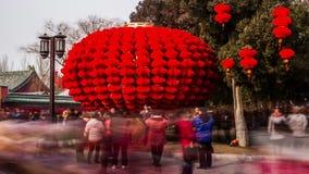 Огромная модель фонарика и толпить посетители на виске Ditan справедливо во время фестиваля весны в Пекине, Китае сток-видео