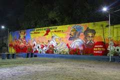 Огромная настенная живопись улицы показывая лорда Ganesha, при люди празднуя фестиваль Ganapti стоковая фотография rf