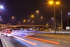 Огромная перекрестная дорога в Лондоне на ноче, эстакаде Стоковые Изображения RF