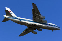 Огромная посадка An-124 Стоковые Изображения