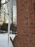 Огромная сосулька на стороне моего большого дома кирпича Стоковые Изображения RF