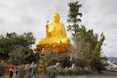 Огромная статуя золотого Будды около въетнамского города Dalat стоковые фото