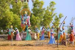 Огромная статуя лорда Shri Krishna и Radha с leela raas Gopis выполняя, виском Nilkantheshwar Стоковые Изображения RF