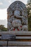 Огромная статуя Ganesha на виске Hoysaleswara, Halebidu, Karnatake, Индии стоковые изображения rf