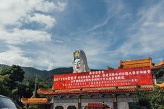 Огромная статуя Guanyin над зданием китайского стиля на виске Kek Lok Si на городке Джордж Panang, Малайзия стоковые фотографии rf