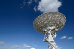Огромная тарелка антенны на очень большом массиве Стоковая Фотография