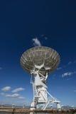 Огромная тарелка антенны на очень большом массиве Стоковые Фото