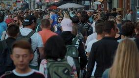 Огромная толпа людей идет на косое улицы Damrak в Амстердаме - замедленном движении - АМСТЕРДАМ/ГОЛЛАНДИЯ - 21-ое июля сток-видео