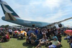 Огромная толпа наслаждается airshow на EAA AirVenture Стоковые Изображения