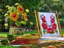 Огромная экспозиция вазы с цветками и вышитым украинским полотенцем Стоковое Изображение