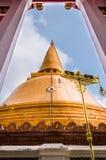 Огромное золотое stupa Стоковое Изображение