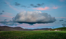 Огромное облако кумулюса над полем для гольфа Стоковая Фотография