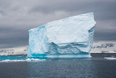 Огромное смещение айсберга в приантарктическое море Стоковое Изображение