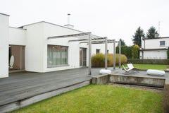 Огромное снаружи террасы конструировало резиденцию Стоковые Изображения
