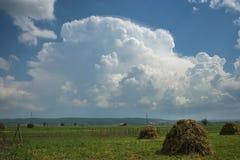 Огромное stormcloud над ландшафтом Трансильвании, Румынии стоковое изображение