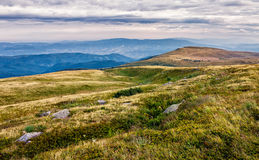 Огромные валуны в долине na górze гребня горы Стоковое Фото