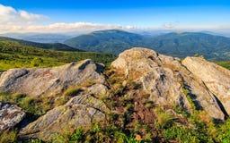 Огромные валуны в долине na górze гребня горы Стоковое фото RF