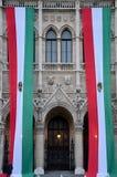 Огромные венгерские флаги вися от здания парламента: Будапешт стоковое изображение