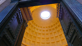 Огромные двери и впечатляющий купол пантеона в Риме стоковая фотография rf