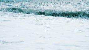 Огромные волны побили на камешке в шторме на море, замедленное движение акции видеоматериалы