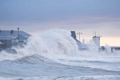 Огромные волны разбивают над набережной на Porthcawl, южном уэльсе Стоковое фото RF