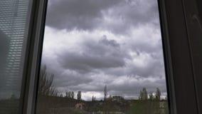Огромные драматические грозовые облака летают в небо вне окна сток-видео