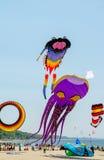 Огромные змеи летая на фестивале змея Мичигана Стоковые Фото