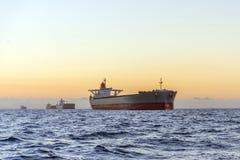 Огромные корабли на море на заходе солнца стоковые фотографии rf