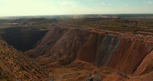 Огромные насыпи камней и руды Интервенция человека в природе Воздушная киносъемка сток-видео