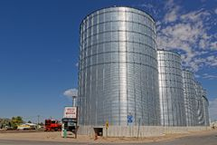 Огромные силосохранилища зерна в стене, Южной Дакоте стоковые фото