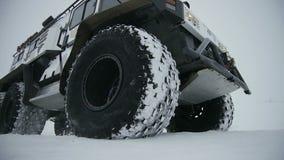 Огромные современные приводы Outlander вдоль покрытой Снег дороги в тумане акции видеоматериалы